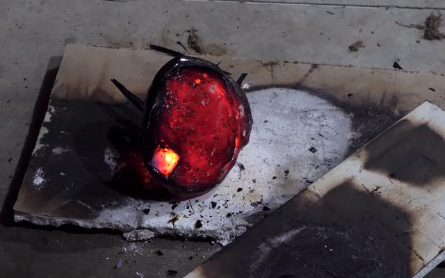 これは、世界で最も軽くて最も耐性のある材料の1つであるエアロゲルに溶岩を注ぐとどうなるかです。