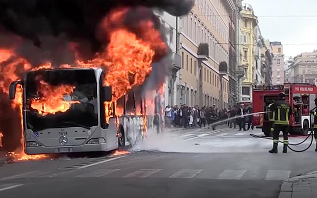 2018年にこれまでにローマで10台のバスが炎上しましたが、その理由は誰にもわかりません。