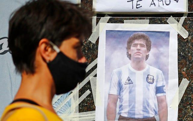 Diego Maradona sigue pateando, de la Mano de Dios