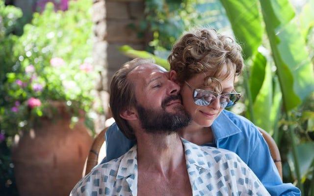 ティルダ・スウィントンとレイフ・ファインズは、魅惑的な胸騒ぎのシチリアでロッカーを老化させています