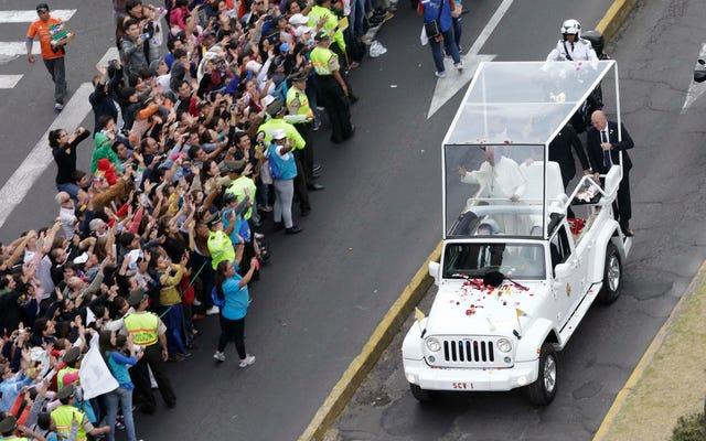 Le pape François roule maintenant dans cette douce Jeep Wrangler Popemobile