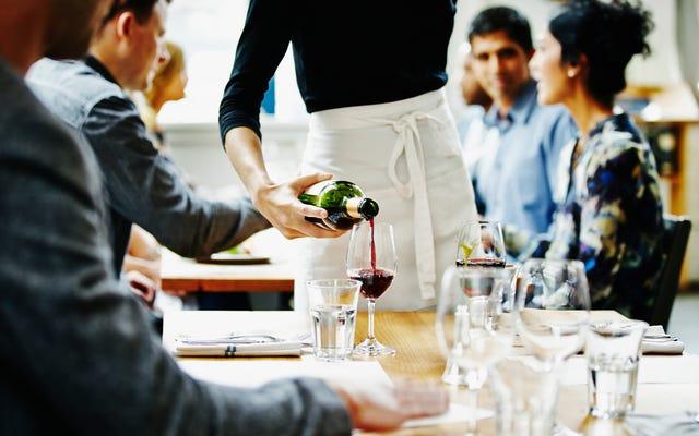 Серверы ресторанов подробно рассказывают о преследованиях, с которыми они мирились, чтобы заработать чаевые.