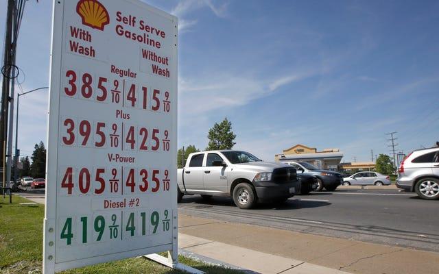 ドナルド・トランプは、より少ないガスを使用するよりクリーンな車の専制政治から私たち全員を救うために急襲します