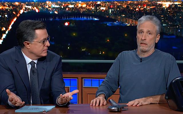 Jon Stewart presenta in anteprima il suo nuovo film Irresistible da sotto la scrivania di Stephen Colbert