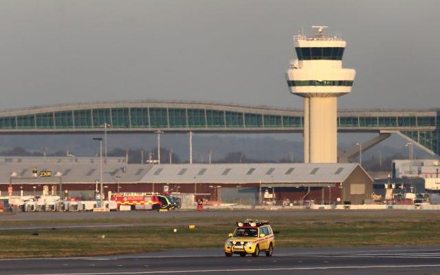 El aeropuerto principal del Reino Unido detiene todos los vuelos durante horas después de que un idiota supuestamente vuela drones cerca de la pista