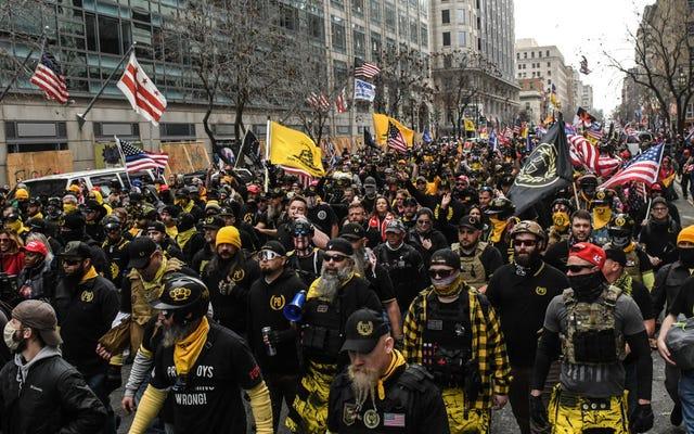 MAGA Marchers i Proud Boys schodzą na DC, podpalając znaki czarnej materii kościołów i wdając się w walki nożem [Zaktualizowano]
