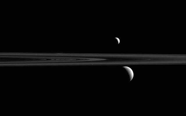 क्या आप शनि से इस शानदार दृश्य में तीसरा चंद्रमा पा सकते हैं?