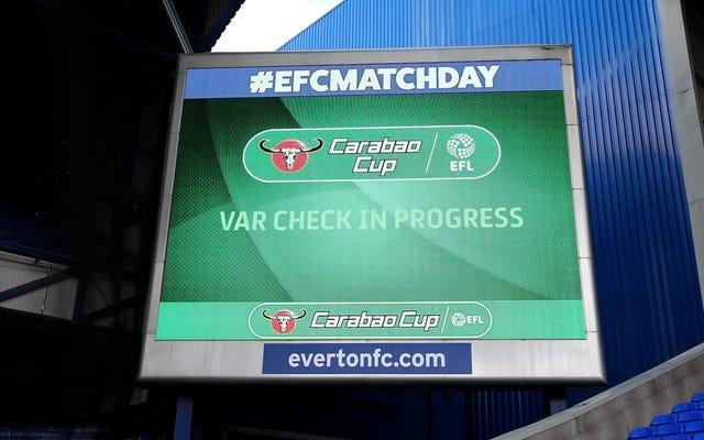 Premier League bỏ phiếu cho người hâm mộ bắt buộc phải hấp thụ các đống VAR ở mùa giải tới