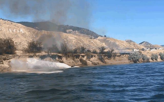 この英雄的な船長が彼のボートの強力なジェット気流を使って大規模な火を消すのを見てください