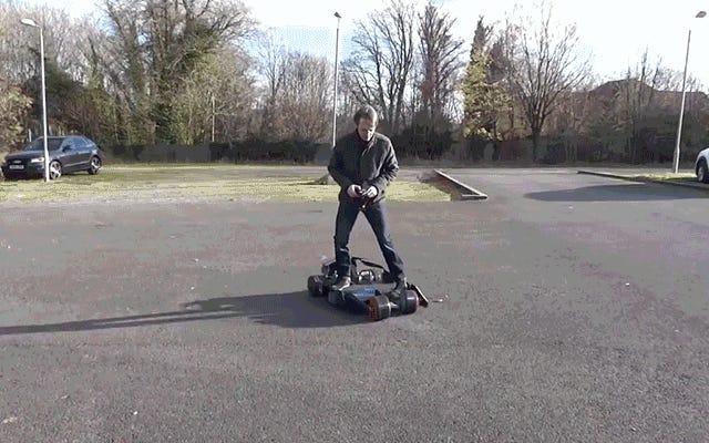 この電気バットモービルスケートボードはあなたの首を壊すための信じられないほどクールな方法です