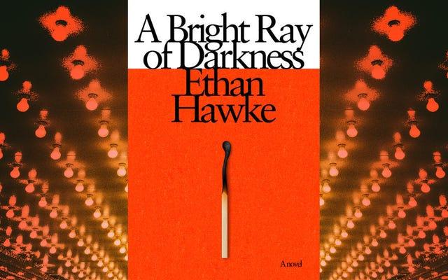 イーサン・ホークは、夢中になれるA Bright Ray Of Darknessでの演技、スキャンダル、離婚について考えています。