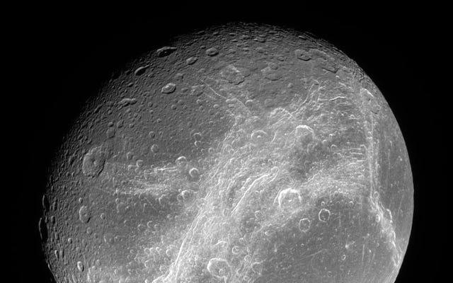 एक भूमिगत महासागर के साथ सौर मंडल में एक और वस्तु है: डायन, शनि का चंद्रमा