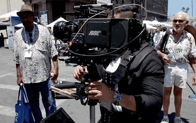 एक महंगे सिनेमा कैमरे को मूर्ख नष्ट करते हुए देखें