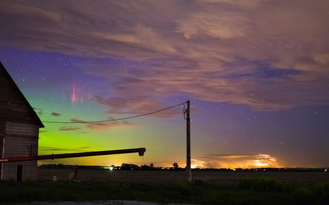 ユニークな写真に写った赤いスペクトルとオーロラの現象