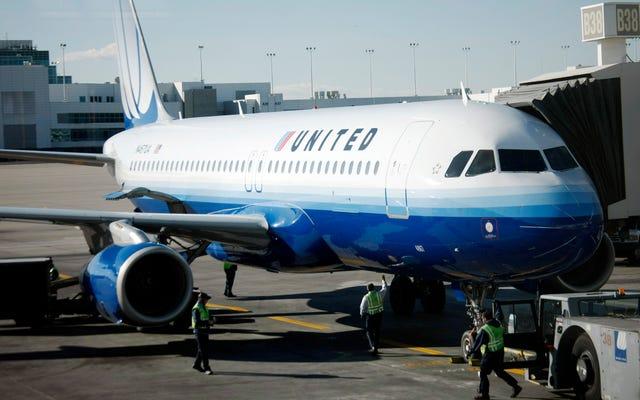 女優のキャシリー・ヒューズを「シャイニング・モンキー」と呼んだとして告発されたユナイテッド航空の従業員