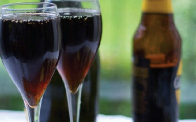 シャンパンとスタウトを混ぜて、泡立つクリーミーなカクテルを作りましょう