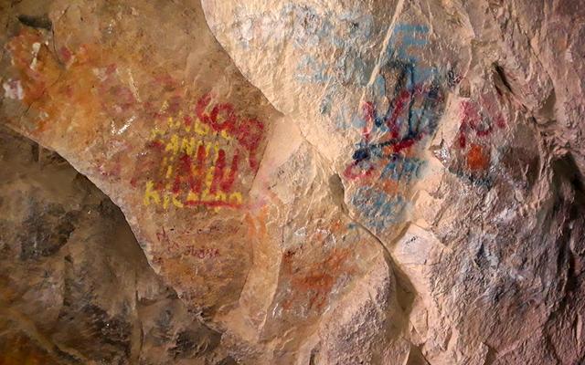 पर्यटक उन पर भित्तिचित्र बनाकर हजारों साल पहले के शैल चित्रों का एक सेट नष्ट कर देते हैं