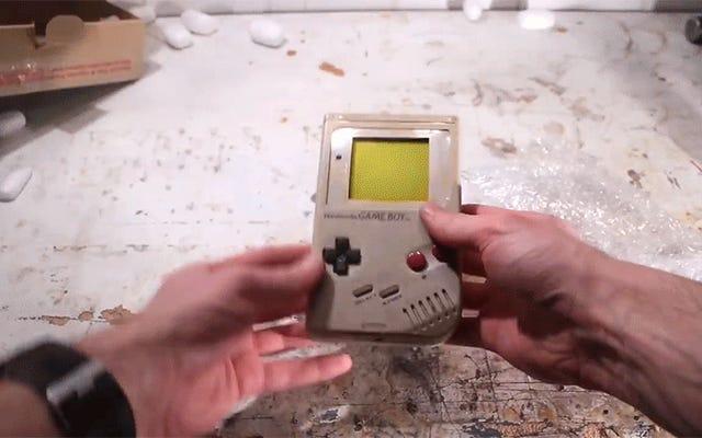 Расслабьтесь с этим фантастическим видео о том, как сломанный и грязный Game Boy восстанавливается до своей былой славы.