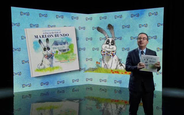 जॉन ओलिवर ने होमोफोब माइक पेंस की बनी किताब को ए डे इन द लाइफ ऑफ मार्लोनो बारो में बेहतर बताया।
