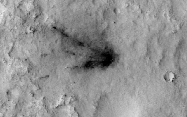Regardez le vent et la poussière obscurcir les traces violentes de l'atterrissage de la curiosité
