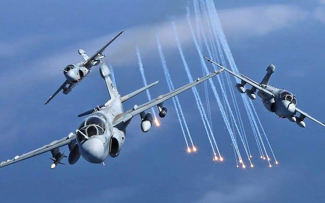 Echa un vistazo a estas gloriosas imágenes de algunos de los últimos merodeadores EA-6B en su elemento