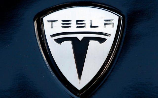 Un homme meurt dans une Tesla en feu après un accident où les poignées de porte étaient bloquées