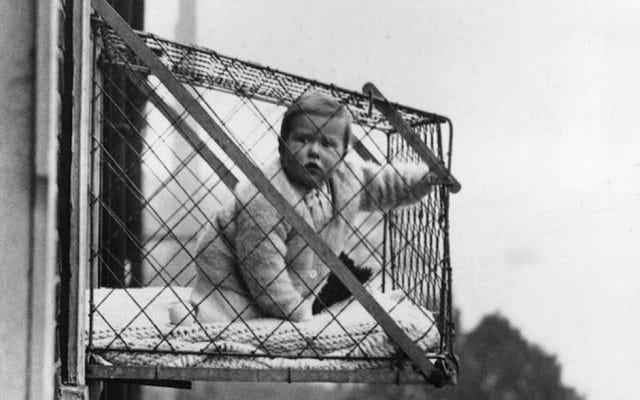 ニューヨークやロンドンの建物から小さな屋外の檻の中の子供たちがぶら下がっていたのはなぜですか