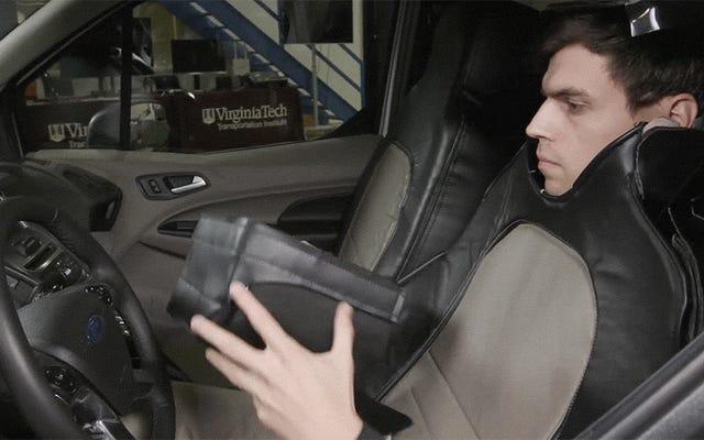 フォードは、自動運転車のふりをしたカーシートコスチュームでその奇妙なことに資金を提供しました