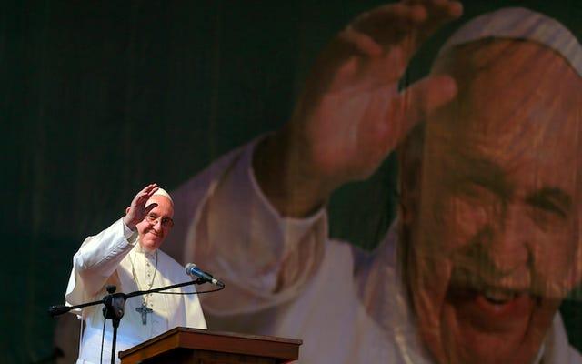 """Paus Fransiskus menyatakan bahwa berita palsu adalah """"dosa besar"""" yang merugikan semua orang yang terlibat"""