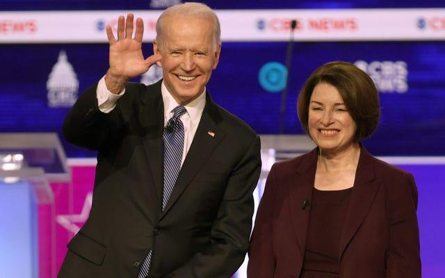 エイミー・クロブシャー上院議員が大統領選挙を終了し、途中でバイデンを支持