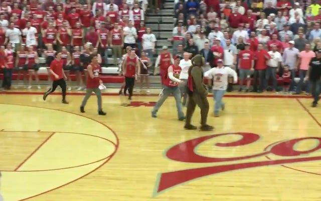 นักเรียนมัธยมปลาย Storm Court โจมตี Mascot เพื่อปกป้องเกียรติยศของ Mascot อื่น ๆ