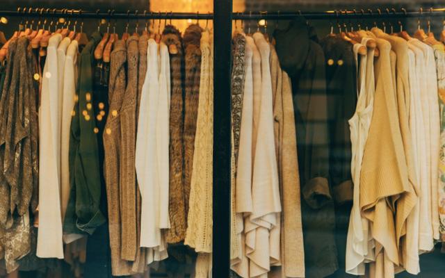 このチャートで、どの衣料品ブランドが大きすぎるか小さすぎるかを調べます