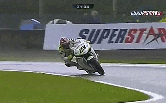 これはあなたが完全な悪い人のように雨の中でオートバイに乗る方法です