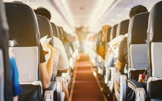 Maskapai Ini Sekarang Mengharuskan Anda Mengenakan Masker Di Dalam Pesawat