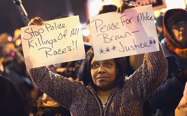 ファーガソン抗議者ペッパー-セントルイス警察本部を襲撃した後にスプレー