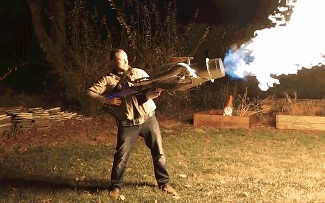 ムスクの火炎放射器は、このジェットエンジンの火竜巻大砲の隣にある幼児のおもちゃのように見えます