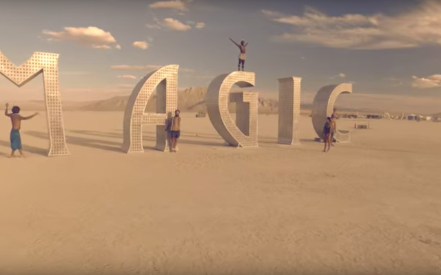 Um fogo real está queimando perto de Burning Man
