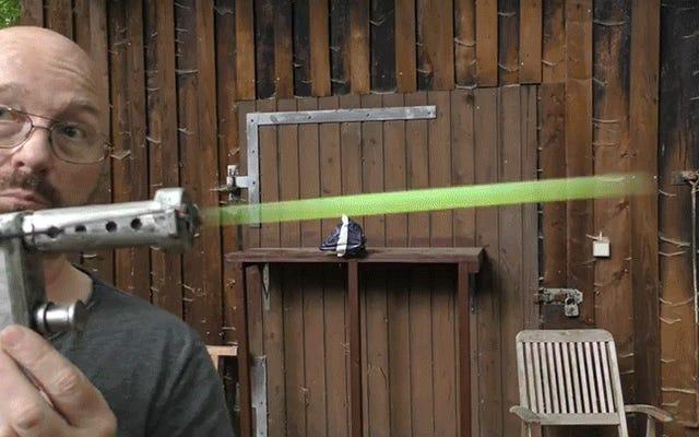Cette réplique du blaster Star Wars tirant sur des bâtons lumineux ressemble à de vrais lasers