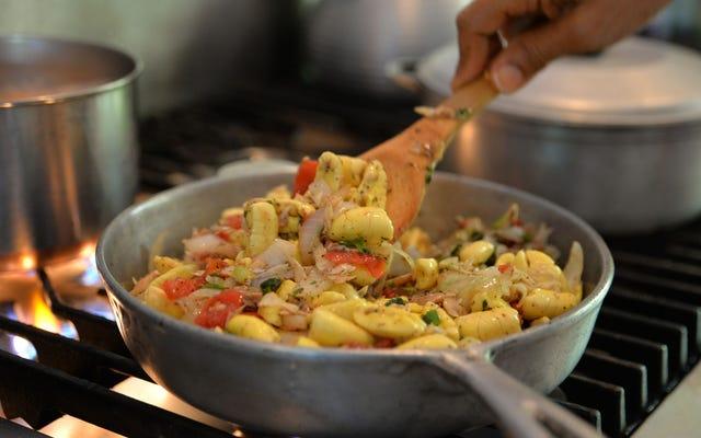 アッキーと塩魚はスクランブルエッグのように見え、ジャマイカのような味がします