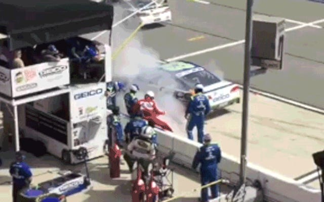 ไม่แน่ใจว่าเขาขับรถออกไปจากกองไฟหรือเครื่องดับเพลิง