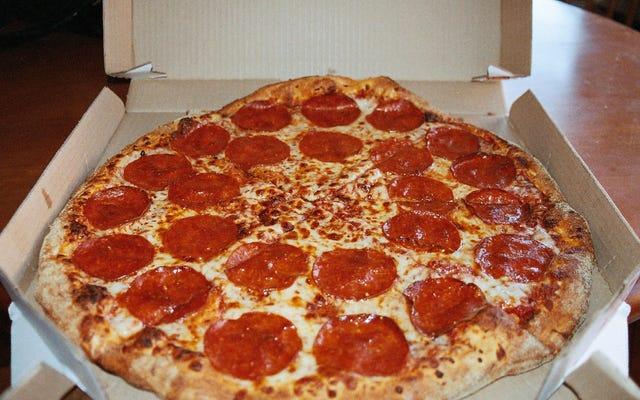 Первая пицца, которую заказали через компьютер, была в 1974 году (Domino's Pizza подумала, что это шутка).
