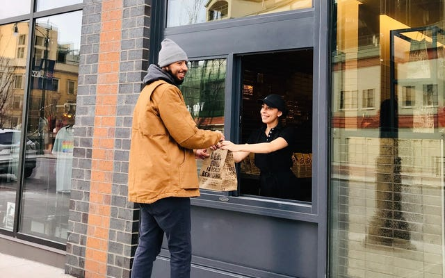 Chipotle testant les fenêtres de trottoir pour le ramassage mobile