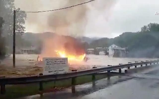 Les inondations en Virginie-Occidentale sont si mauvaises qu'une maison en feu flotte sur un ruisseau