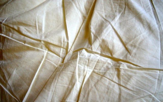 अगली बार जब आप अपना बिस्तर बना रहे हों तो इस फिटेड शीट को हैक करें