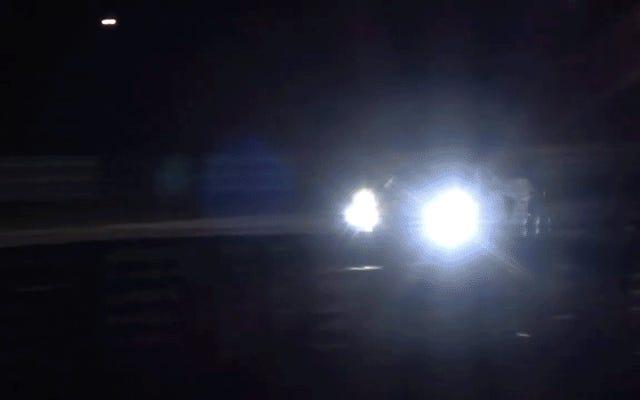 これがミッドエンジンコルベットレースカー射撃炎です