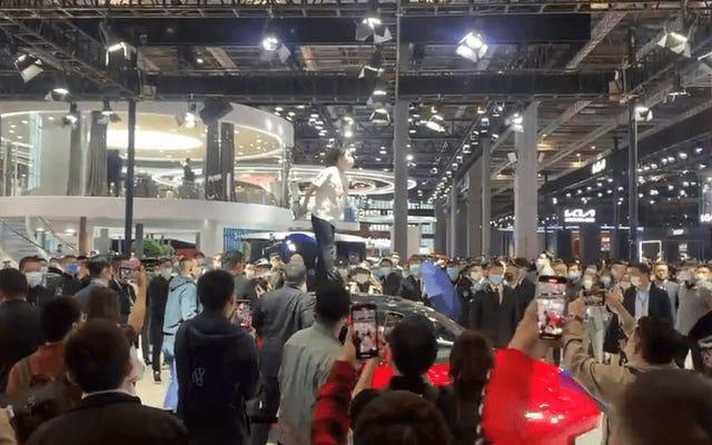 「テスラブレーキが失敗する」と叫ぶ抗議者によって中断された上海モーターショー