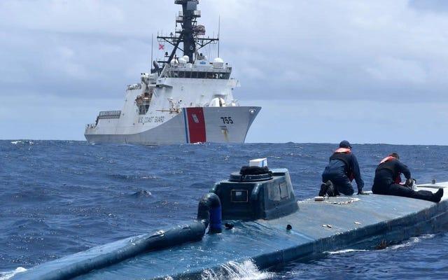米国沿岸警備隊がこのコカイン密輸半潜水艇を捕まえた