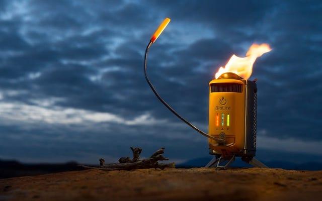Économisez 26 $ sur le réchaud de camp qui recharge votre téléphone en brûlant des bâtons