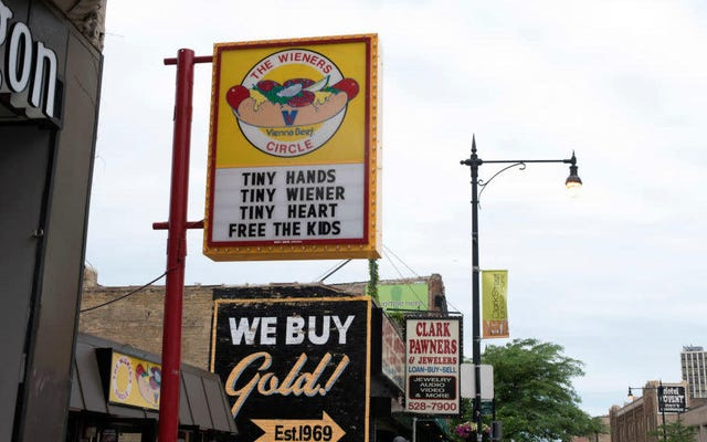 有名なシカゴのホットドッグスタンドは、独自のニュースチャンネルで一般の人々に情報を提供し続けます