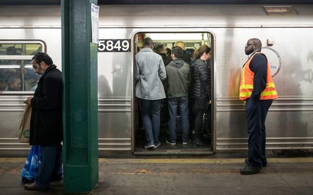 NYCの地下鉄の労働者は、紛失したAirPodsを拾うのに非常にうんざりしています